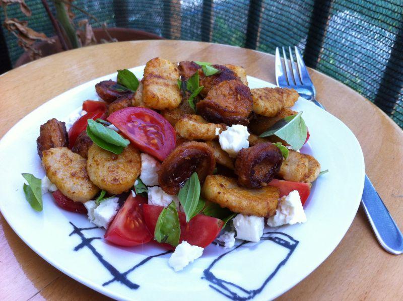 Vruće-hladna salata od njoka ikobasice