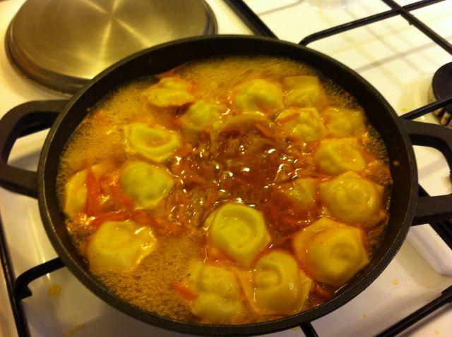 korejska-juha-s-pilecim-raviolima_juha-se-kuha