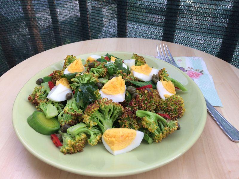 Salata od brokule, poriluka ijaja