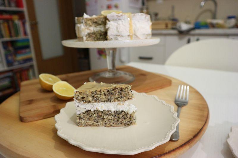 Torta s makom, limunom i bijelomčokoladom