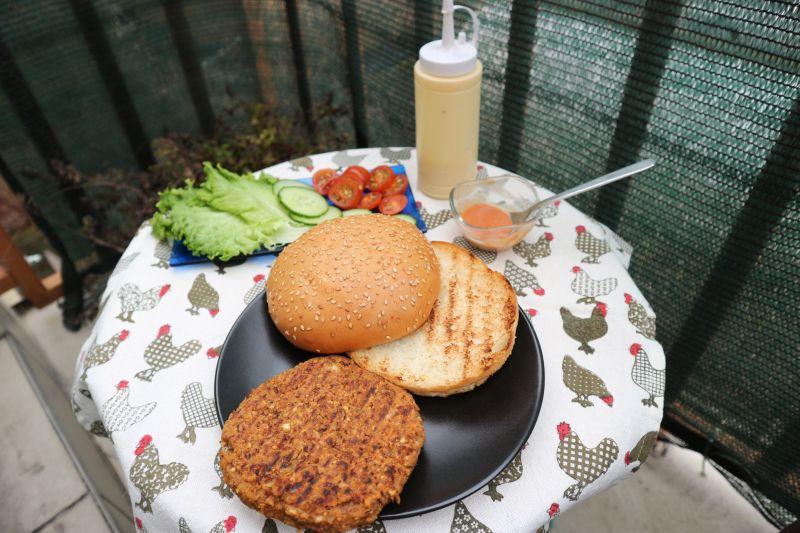 Burger od graha i sojinih komadica_posluzeno