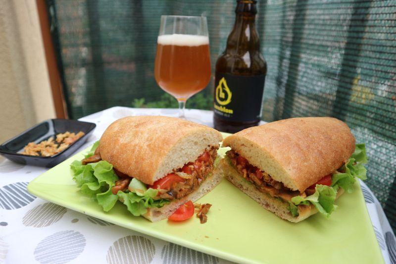 Ljuti sendvic sa sojinim odreskom_posluzeno