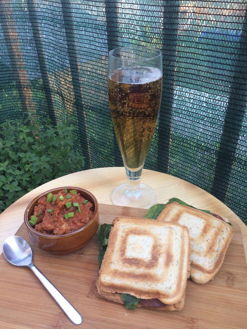 Tost sendvici i gochujang humus
