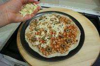 Pizza sa zapecenim grahom_masline i sir