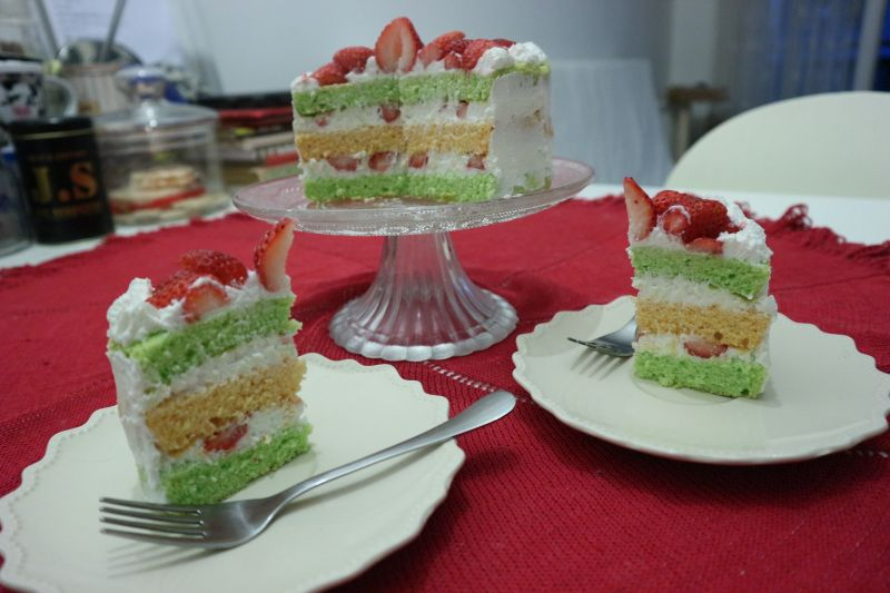 Torta s jagodama i kremom odsira