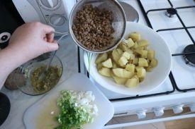 salata od krumpira i leće_pomijesati