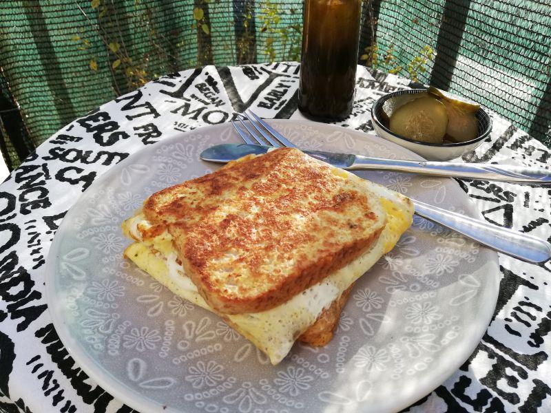 Sendvič od pohanog kruha, sa gorgonzolom ikobasicom